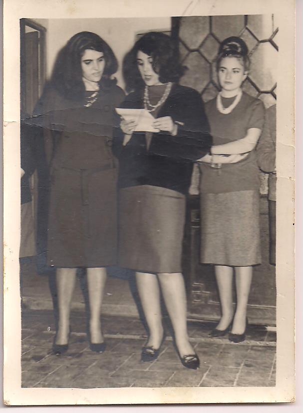 María del Valle Rubio leyendo un poema propio en el último curso de carrera.jpeg